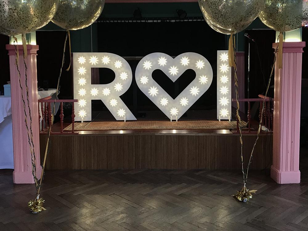 Lichtletters met hartje op een bruiloft